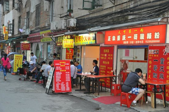 Guilin Homing Hotel: Hotel back street eatery
