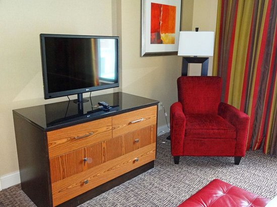 Hilton Promenade at Branson Landing: Bedroom - Dresser & TV