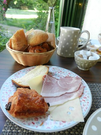 Auberge de Launay: Delicious breakfast.
