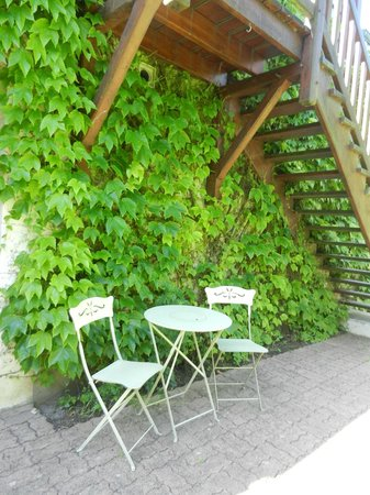 Auberge de Launay: Pretty view of Ivy wall stairs leading to upper level.