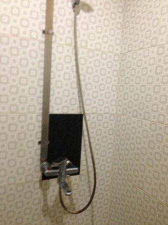 Grand Mansion Blitar: The shower  stinks