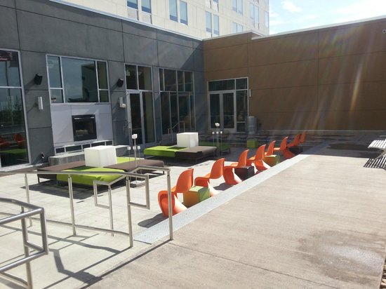 aloft Broomfield Denver: Nice outdoor social area with a fireplace and fun furniture!
