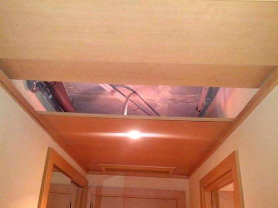 Hotel City Express Santander Parayas : Techo desmontado en la habitación