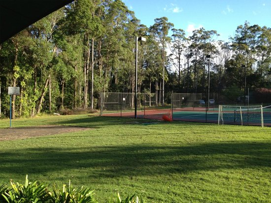 BIG4 Forest Glen Holiday Resort: You can see the run down state of the basketball courts here.  The tennis courts were closed??