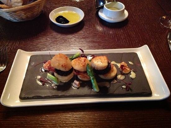 Norwood Hall Hotel: hand dived scallops,potato scone,black pudding,asparagus