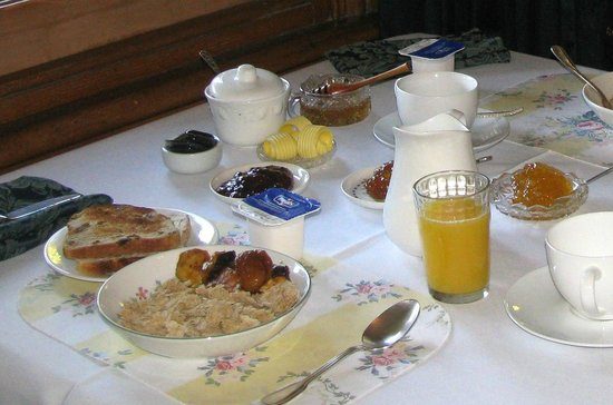 Ormiston House: Breakfast consisted of toast and jams, cereals, yogurt, fruits, juice, coffee and tea.