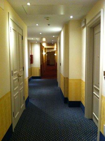 Hotel Roma e Rocca Cavour: pasillo