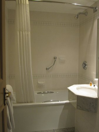 Crowne Plaza Manchester Airport: bathroom 430