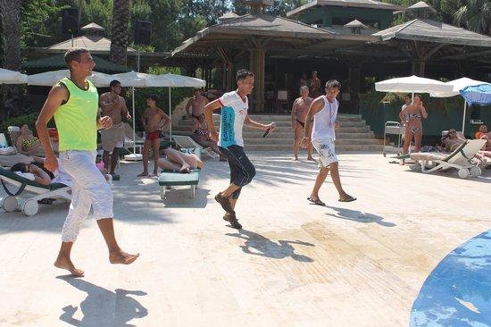 Hotel Ozkaymak Incekum: Аниматоры зажигают у бассейна