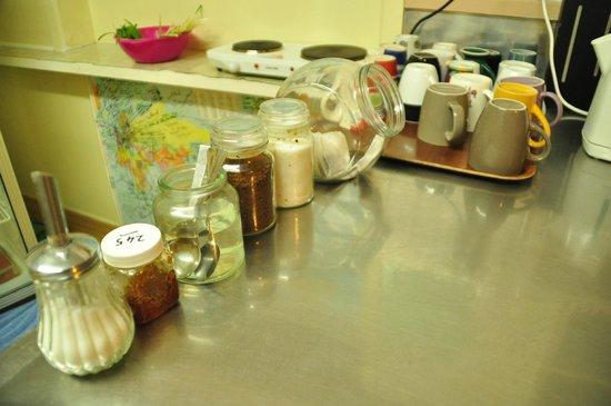 Airport Skyway Lodge : Free tea & coffee (Milk in the fridge)