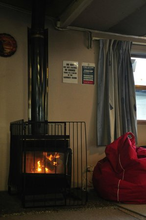 Airport Skyway Lodge : Fireplace
