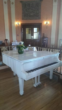 Glenlo Abbey Hotel: White piano in breakfast room