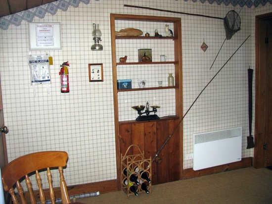 Alice's Cottages and Spa Hideaways: Another view of the kitchen