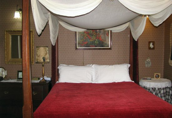 Alice's Cottages and Spa Hideaways: Four poster, canopied bed.