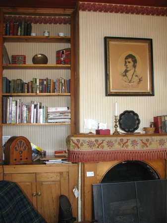 Alice's Cottages and Spa Hideaways : Robert Burns over the fireplace.