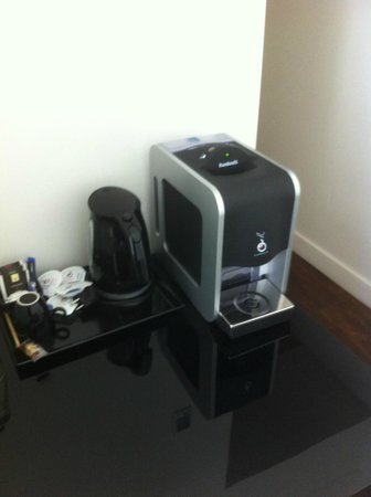 Hotel Regina : Tea and coffee making facilities