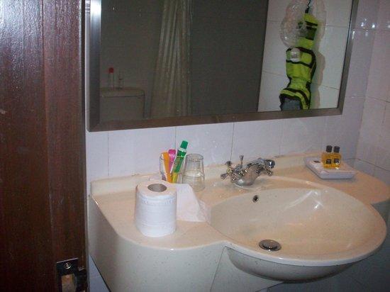 Hotel Summer View: Small bathroom