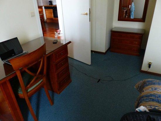 Thon Residence Parnasse: Pas de prise électrique ni de lampe sur le bureau