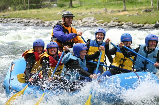 Nedre Heidal, Norge: Girls go rafting on the Sjoa river