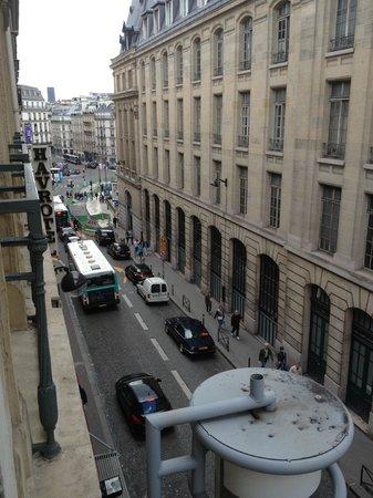 Hotel de Dieppe: Вид из окна на площадь у СенЛазар