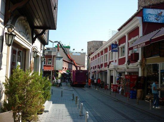 Hotel Erenler: на улице утром