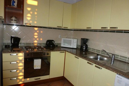 Colina da Lapa Resort: Cocina con horno y lavadora.