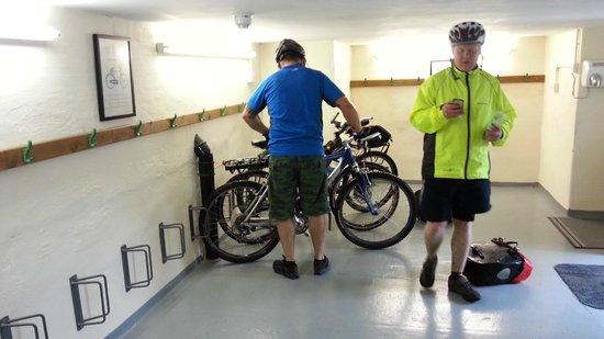 Wayfarers Independent Hostel: Secure bike storage