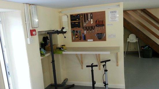 Wayfarers Independent Hostel: bike toolkit