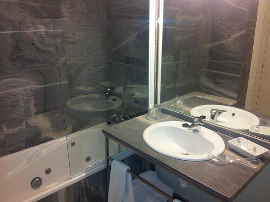 Aisia Kresala Hotel : Badezimmer