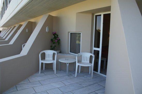 Santa Marina Beach Hotel : terrasse