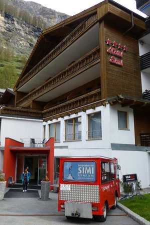 Hotel Simi Zermatt : The hotel and the electric vehicle