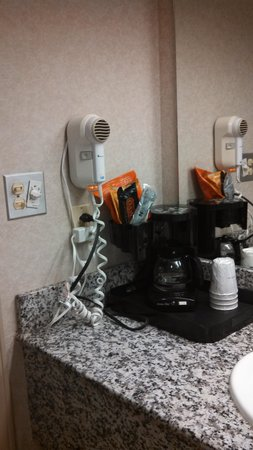 Howard Johnson Inn Lexington: coffee maker and hair dryer