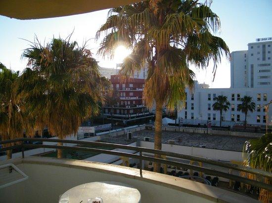 Protur Atalaya Apartamentos : Blick zur Einkaufsmeile
