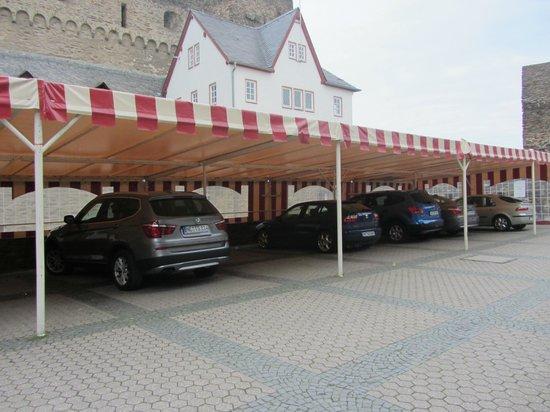 Romantik Hotel Schloss Rheinfels: Eine weitere Parkmöglichkeit direkt vor dem Eingang