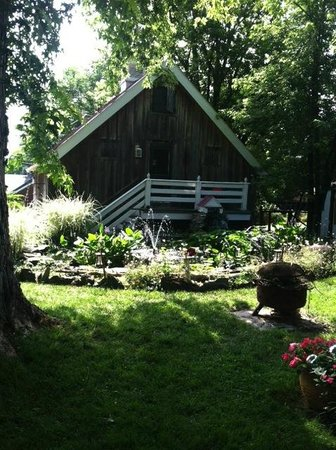 Lily Garden Bed & Breakfast : view of the fountain with the carriage house