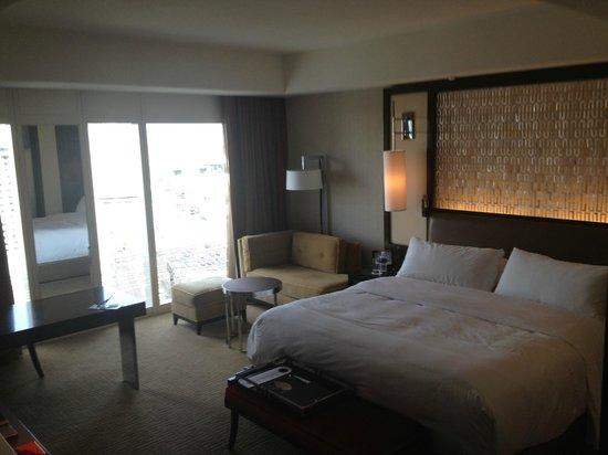 Mandarin Oriental, Las Vegas: bed and sitting area
