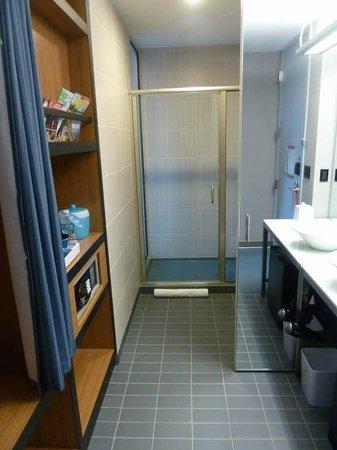 aloft Minneapolis: Bathroom