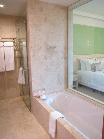Cascade Wellness & Lifestyle Resort: Baño con vista