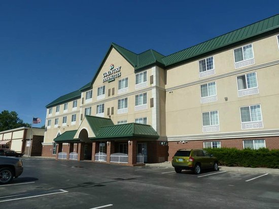 Country Inn & Suites By Carlson, Rapid City: Front view with car parking