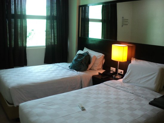 Go Hotels Dumaguete: Room with twin beds