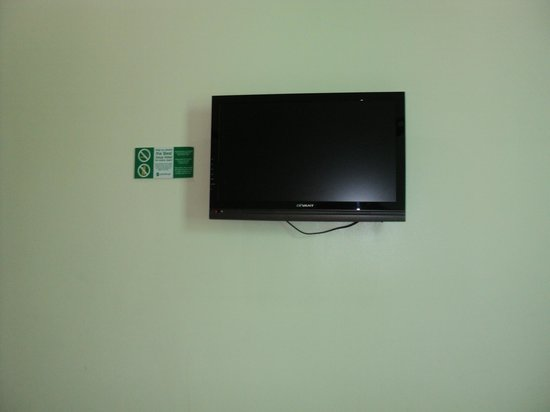 Go Hotels Dumaguete: Flat screen TV with clear cable signal