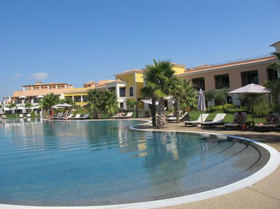 Cascade Wellness & Lifestyle Resort: Tranquila piscina