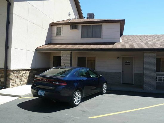 BEST WESTERN Sunset Motor Inn: External view of room and parking space