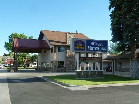 BEST WESTERN Sunset Inn: Front view of hotel