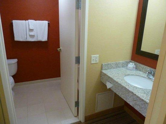 Courtyard Fargo Moorhead, MN: Bathroom