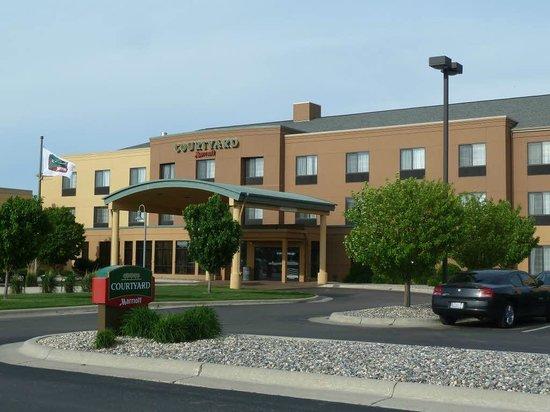 Courtyard Fargo Moorhead, MN: Front view of hotel