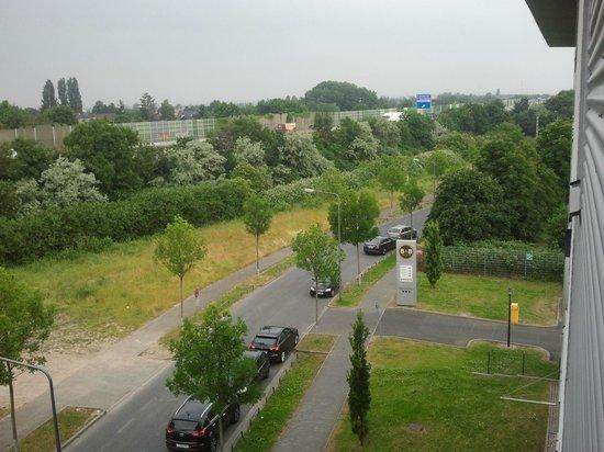 B&B Hotel Frankfurt-Niederrad: Blick aus dem Fenster - Hotelzufahrt