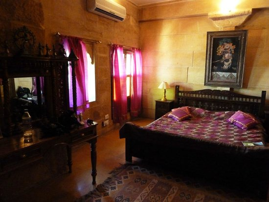 Hotel Lalgarh Fort And Palace: Our Bedroom- Purple suite.