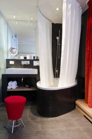 Golden Tulip Opera De Noailles: The bathroom