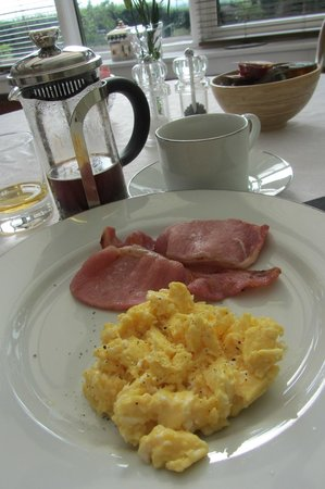 Trumbles Guest Accommodation: Scrambled Eggs and Bacon, French Press Coffee